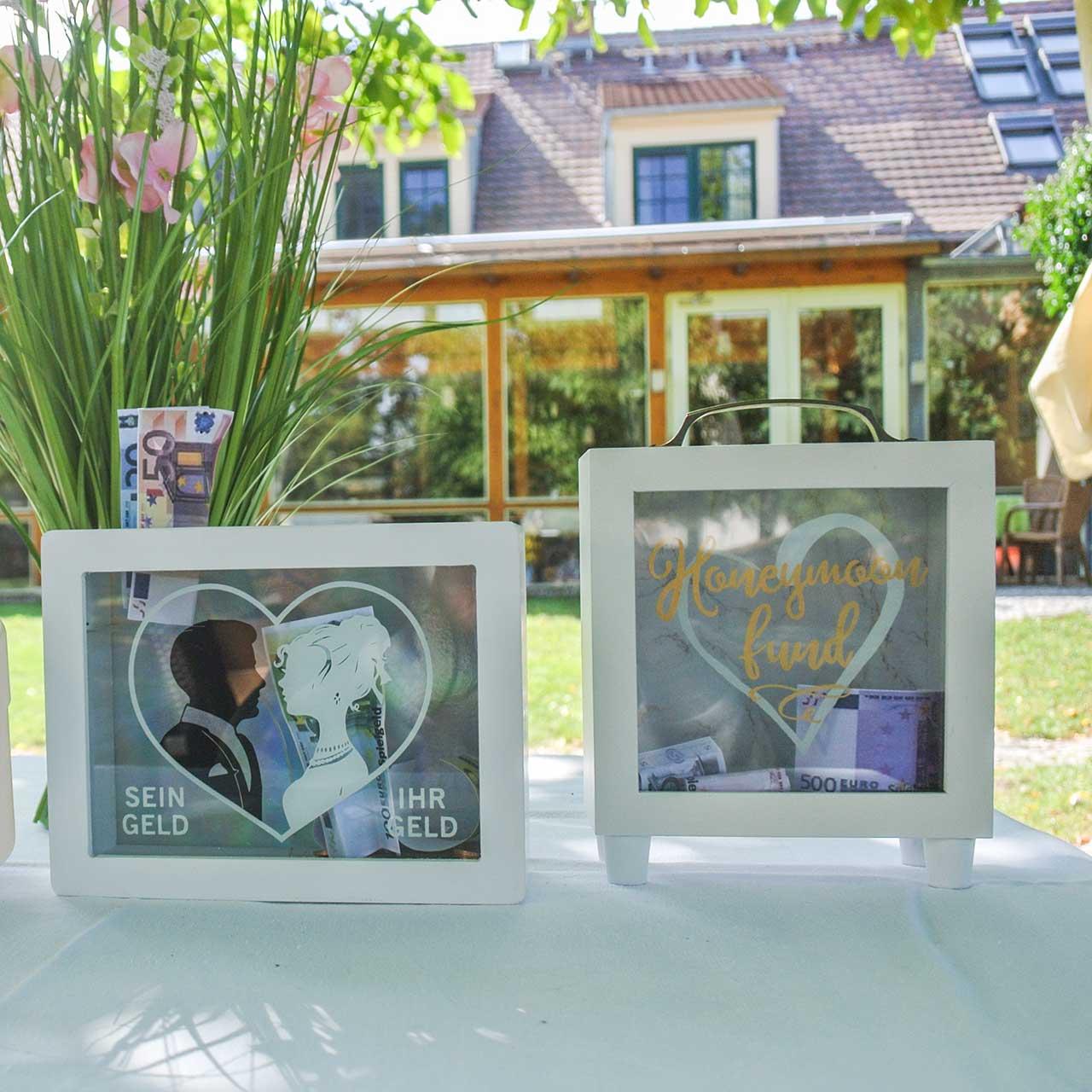 """Bryllupsposer """"Bryllupsrejse Fund"""" træ med glas hvid H15m foran"""